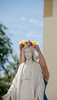 The traditional crowning of the Mary statue at Chalon at the end of Mary's Day.